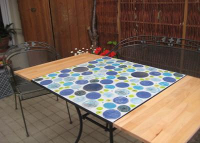 Tisch mit handgeformten runden Fliesen